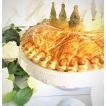 französischer dreikönigskuchen auf einer platte mit krone. eine galette des rois auf einer platte mit krone