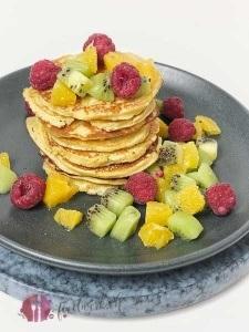 pancakes aus kokosmehl mit frischen Früchten. Lowcarb Variante von Pancakes mit kokosmehl und frischen Früchten. Frische Früchte mit lowcarb pancakes aus kokosmehl