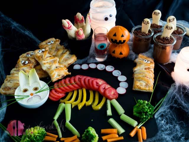 halloween snack buffet mit verschiednen einfachen Speisen