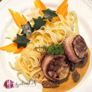 Teller mit Schweine FIlet und Morchelsauce, Nudeln und Weihnachtsgemüse