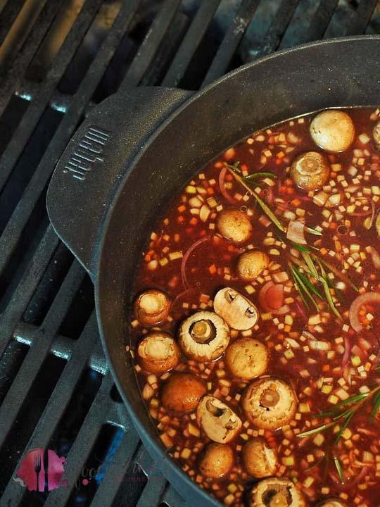 Saftplätzli im Weber Dutch oven auf dem Grill geschmort. Herrlicher Kartoffelstock dazu.