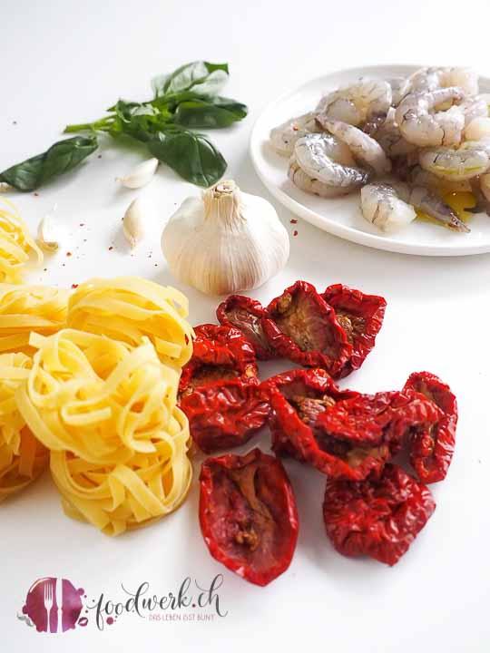 Garnelen mit getrockneten Tomaten, Pasta und Basilikum